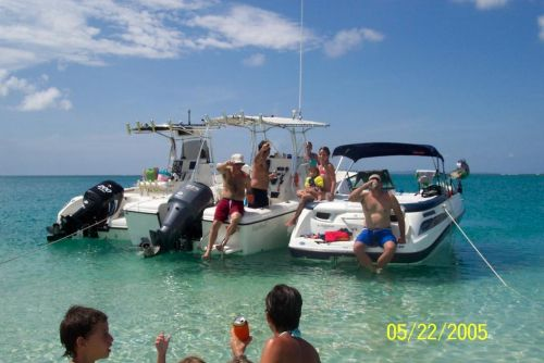 """""""Mr. Gadget"""" and friends on an undisclosed Paradis"""
